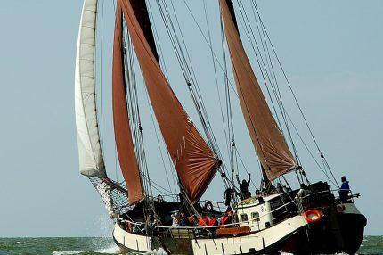 Парусное судно Вроувезанд под парусом.