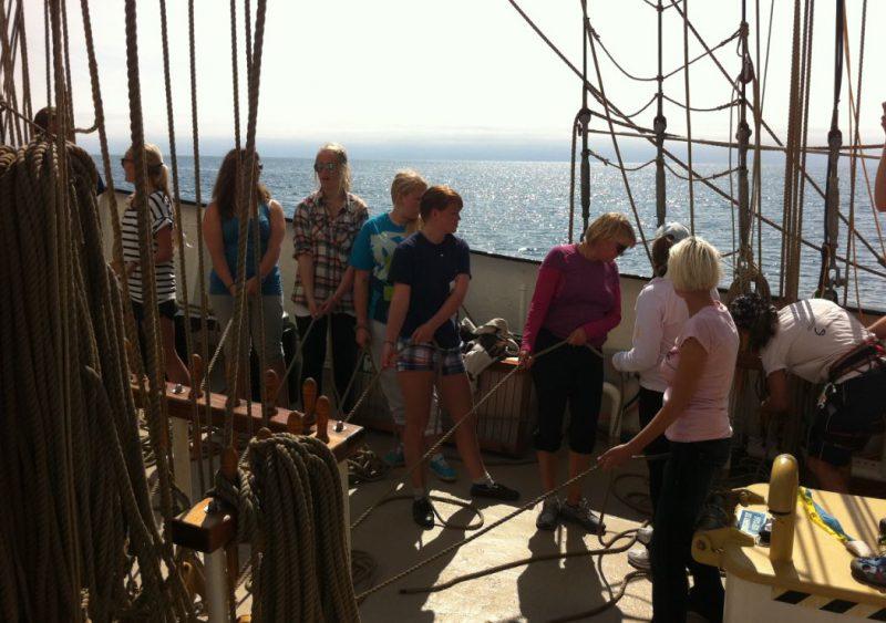 vitorlás fiatal emberek hallgatók magas hajó